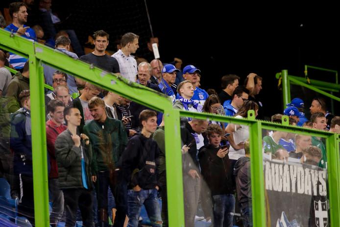 De fans van PEC Zwolle in het uitvak van het stadion van Vitesse waarin na de  wedstrijd (die met 3-0 werd gewonnen door de Arnhemmers) rellen ontstonden tussen hen en de politie.