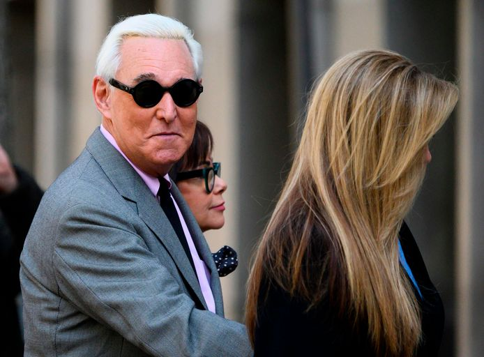 Roger Stone arriveert bij de rechtbank in november. In het midden zijn vrouw Nydia, rechts zijn dochter Adria.