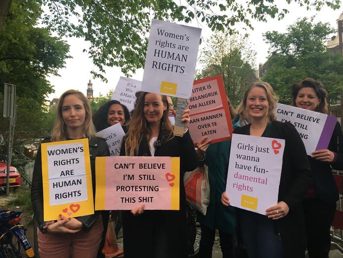 Een groep vrouwen demonstreert vanwege het essay dat Baudet maandag publiceerde.