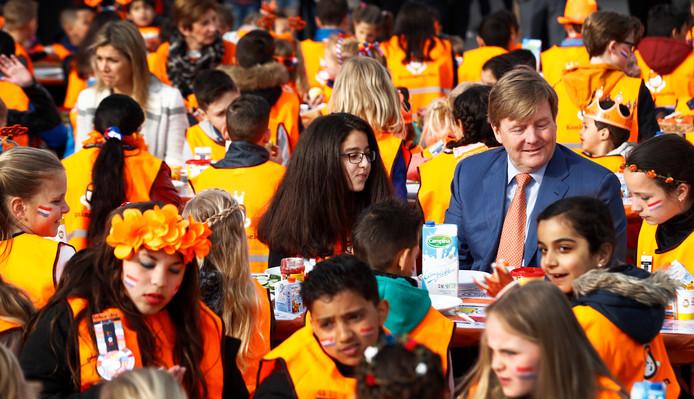 Koning Willem-Alexander en koningin Maxima bij basisschool De Vijfmaster tijdens de jaarlijkse Koningsspelen. ANP ROYAL IMAGES ROBIN VAN LONKHUIJSEN