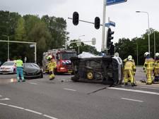 Auto door botsing op zijkant in Doetinchem, twee gewonden