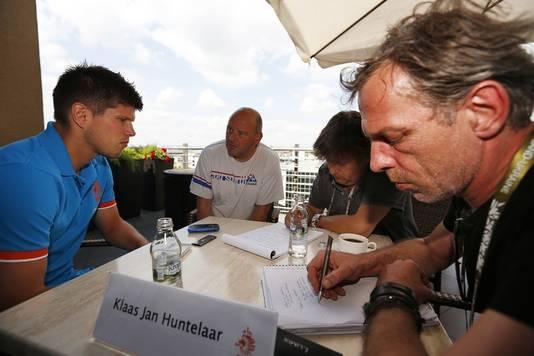 Klaas-Jan Huntelaar in gesprek met onder meer AD.nl-verslaggever Bert van der Linden (r).
