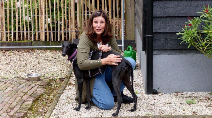 Cathalina vloog last-minute naar Spanje om twee honden te redden.