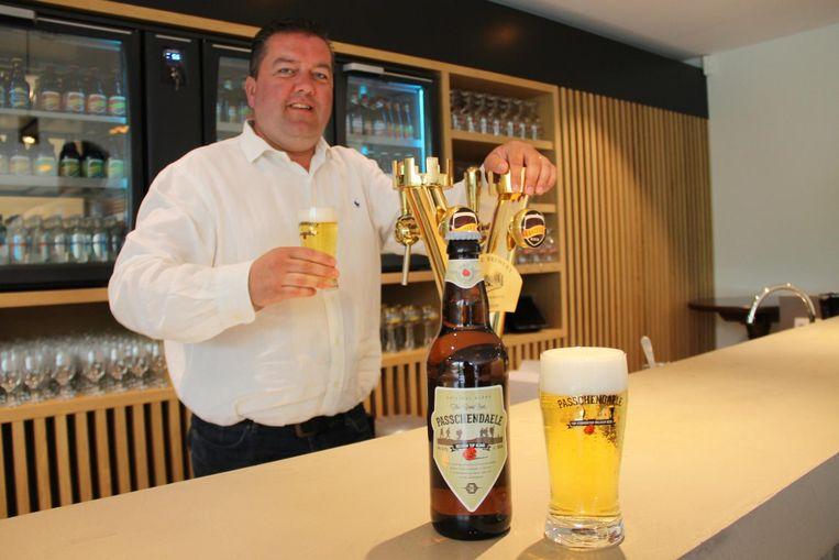 Frederic Boulez van brouwerij Van Honsebrouck met het biertje.