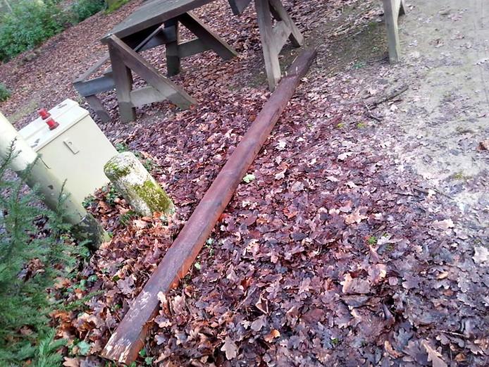 De balk van de tafel die gebruikt is om de raam van het sprookjeshuis in te beuken. Facebook Openluchttheater Vrouwenhof