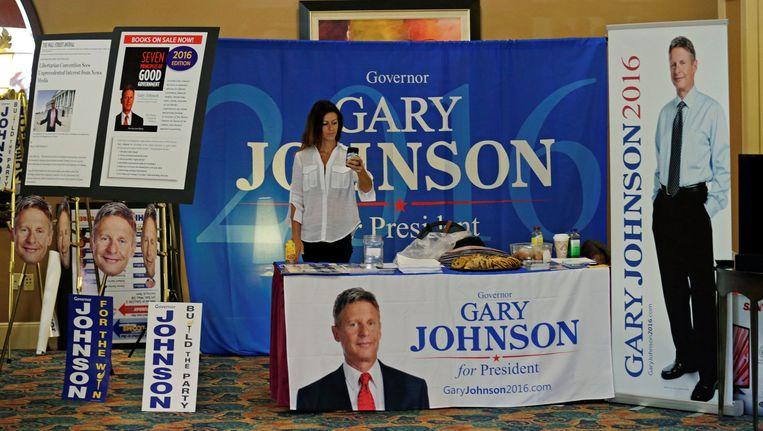 Een merchandise-kraam van Johnson-aanhangers op het partijcongres van de Libertarische Partij. Beeld null