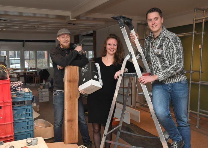 Eigenaar Dennis Willems (l) samen met sommelier Jenny Schreiner en souschef Damy Schreiner (r).