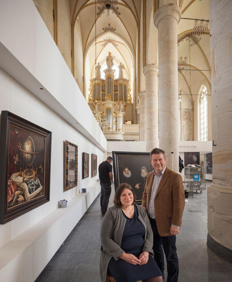 Het echtpaar Eva Kleeman en Daaf Ledeboer, organisatoren van de tentoonstelling in de Deventer Bergkerk. Beeld Harry Cock