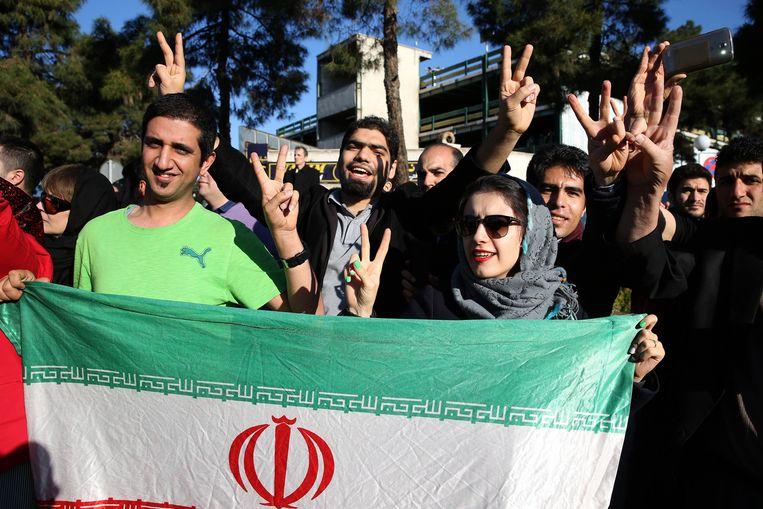Iraniërs wachten op het vliegveld in Teheran om minister van Buitenlandse Zaken Zarif te verwelkomen. Beeld ap
