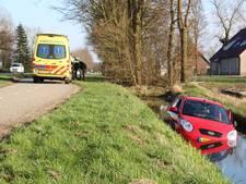Auto schiet in sloot bij Luttelgeest