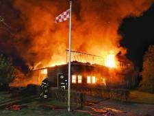 Drama voor Brabants gezin: grote brand verwoest woonboerderij, dj-spullen in vlammen op
