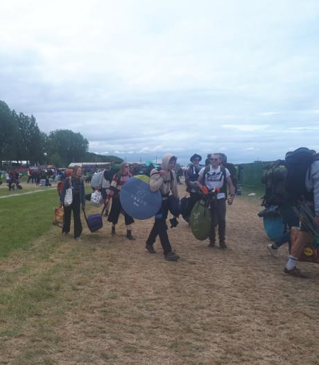 Laatste festivalgangers verlaten de Groene Heuvels in Ewijk