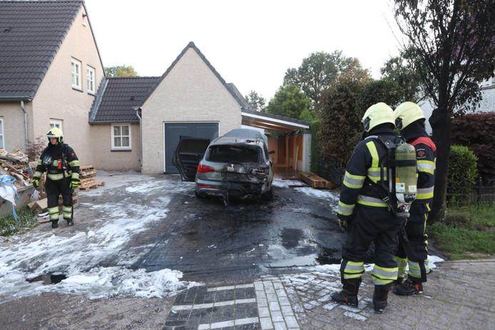 De brandweer bij de uitgebrande auto in Schijndel.