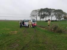 Oeps! Politie Kampen komt met busje vast te zitten in weiland tijdens reddingsactie