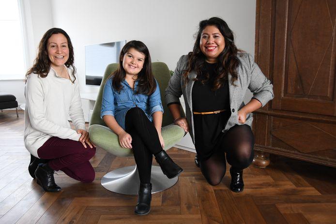 Initiatiefnemer Andrea Morales, jeugdambassadeur Ava Peeters en haar moeder Liliana Discua.