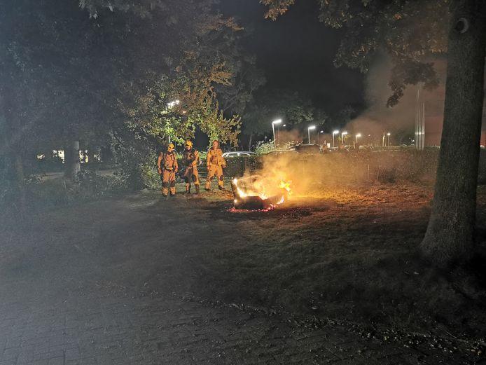 De brandweer blust het bankstel in Wageningen.