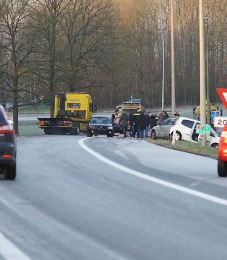 Spekglad op snelweg: 8 auto's glijden van de A1 bij afrit Twello