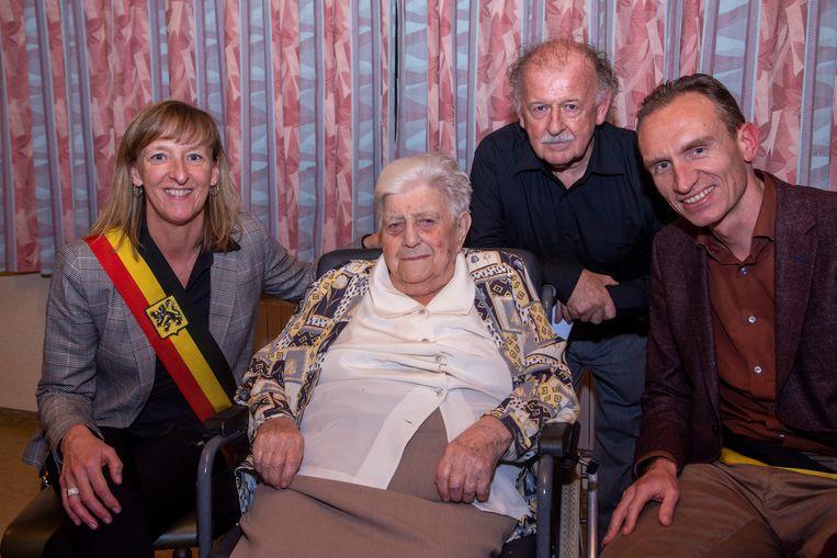 Martha Plaetinck wordt 100 en krijgt gelukwensen van burgemeester Elsie Sierens en schepen Renaat De Sutter. Samen met zoon Freddy.