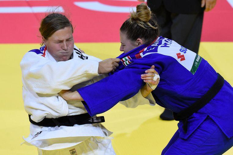 Ook Tessie Savelkouls (links), hier in actie tegen de Hongaarse Karpati, kon Oranje niet aan een medaille helpen. Beeld AP