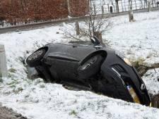 Auto glijdt in sloot in Leusden