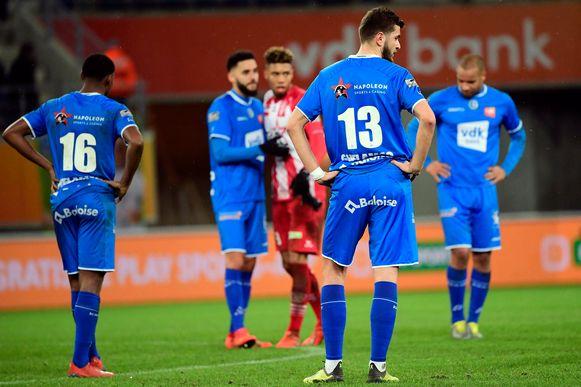 Kopjes naar beneden bij de AA Gent-spelers na de nederlaag tegen Moeskroen.