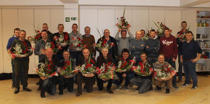 De mannen van de Landelijke Gilde met hun bloemstukken