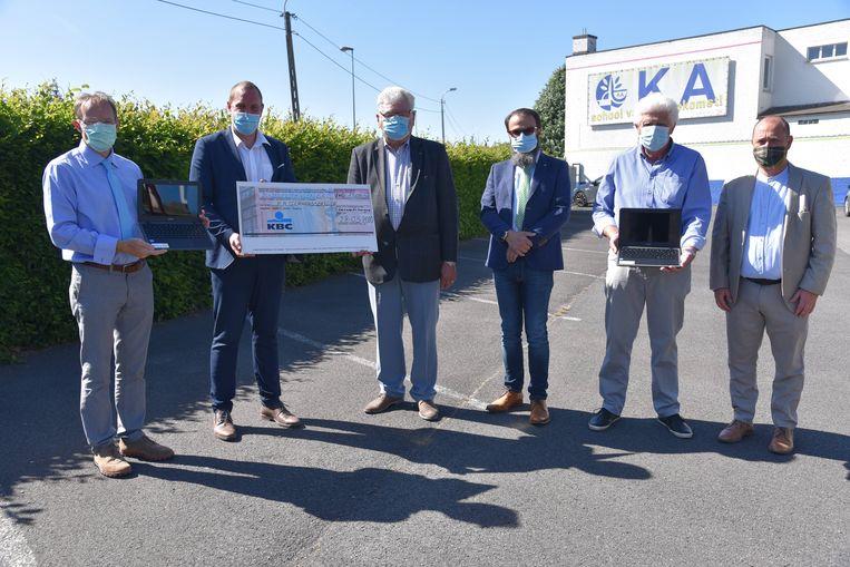 Guy D'Hoe, Brecht Persoons, Dirk Van Huffel, Bernard Carion, Roger Van Liefferinge en Chris Teirlinck bij de overhandiging van de cheque.