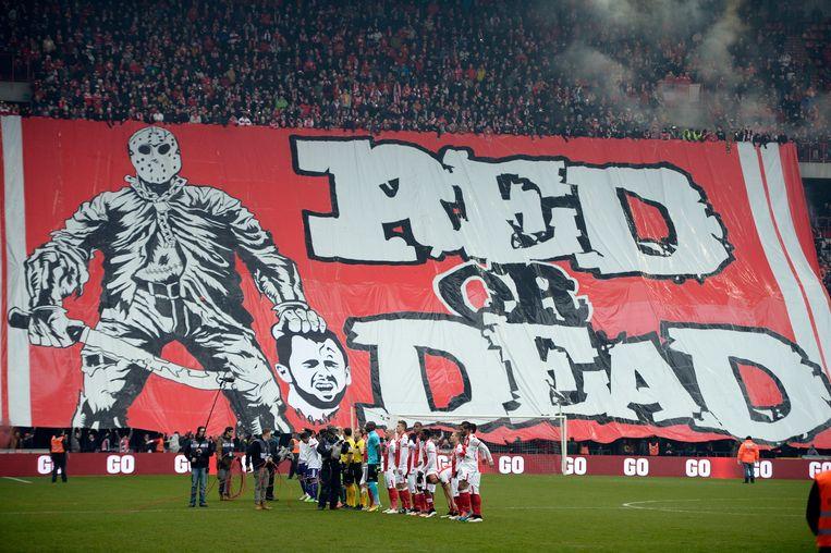 Standard Luik-supporters rollen een spandoek uit met daarop een onthoofde Steven Defour. Beeld null