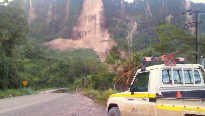 Le séisme a notamment provoqué des glissements de terrain et des dégâts sur les routes.