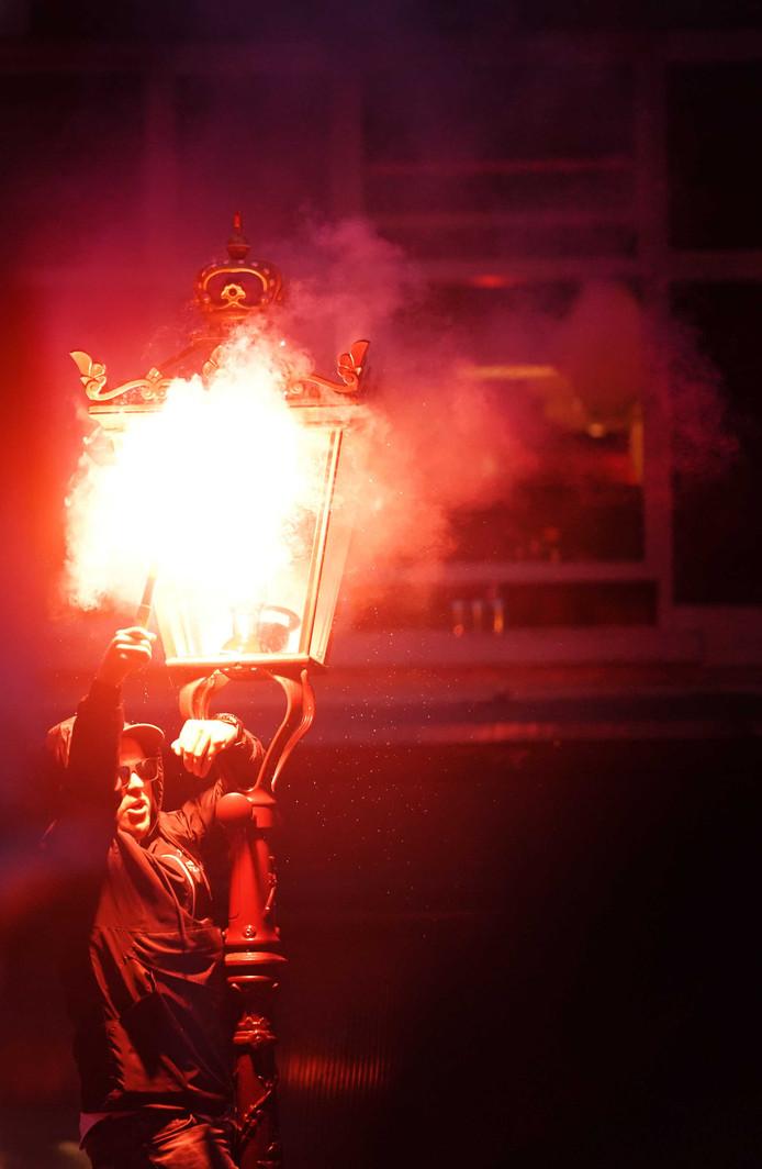Fans van Ajax vieren feest op het Leidseplein na het behalen van de 34ste landstitel.