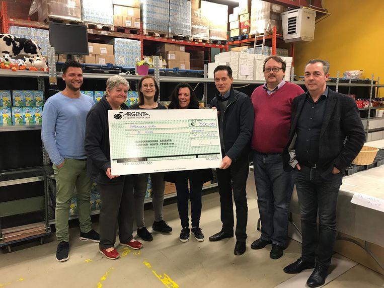 Magda De Jonghe van B-Asiel ontvangt een cheque van 500 euro uit de handen van Stijn De Munck, voorzitter van de Viva Foundation 9120.