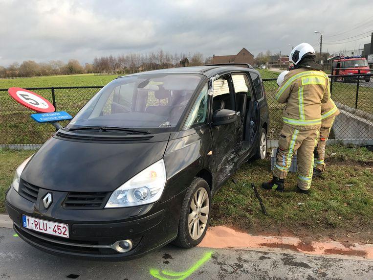 De brandweer moest de zijdeur van deze auto verwijderen om de vrouw te kunnen bevrijden.
