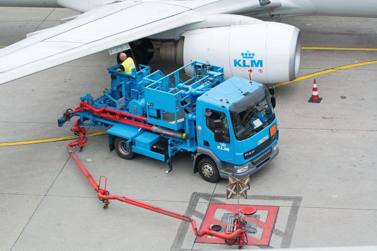 Eenvliegtuig wordt met brandstof getankt voor vertrek van luchthaven Schiphol.  Beeld Hollandse Hoogte / Rob Brouwer