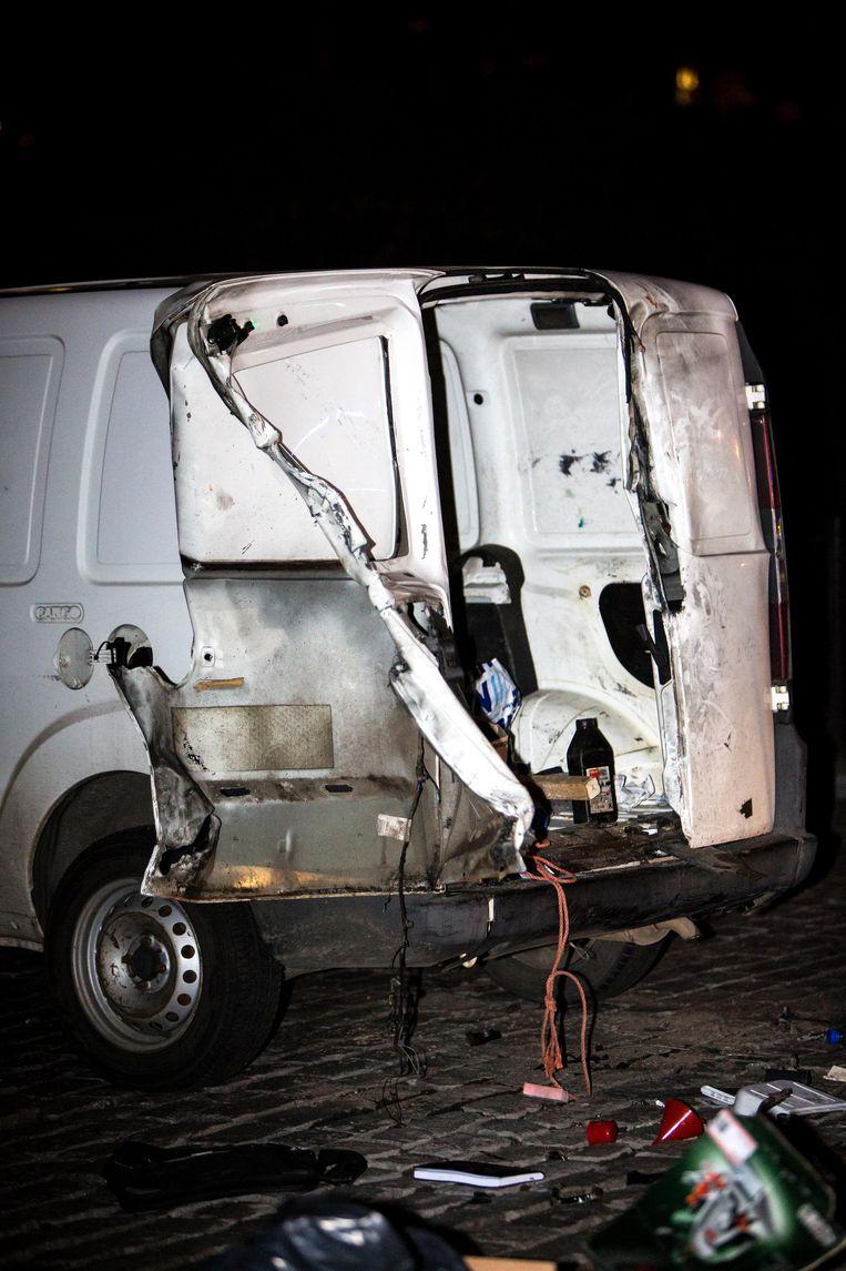 In de wagen werden één lege en één volle gasfles gevonden.