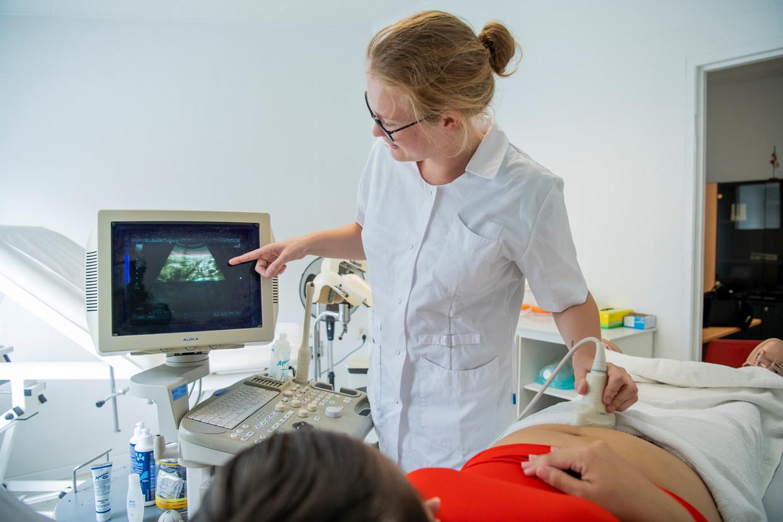 Elisa Janszen maakt een echo bij de zwangere Venezolaanse 'Elvira'. Beeld Berber van Beek