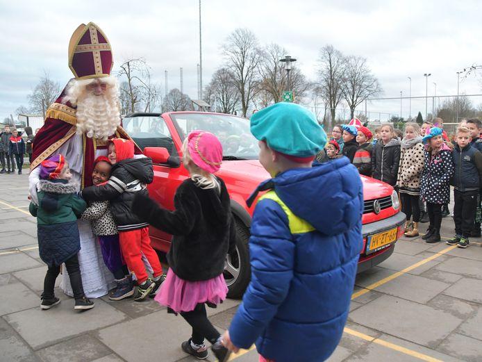 Sinterklaas krijgt een heel warm (en knuffelig ) onthaal bij basisschool Inghelosenberghe in Sint Jansteen.