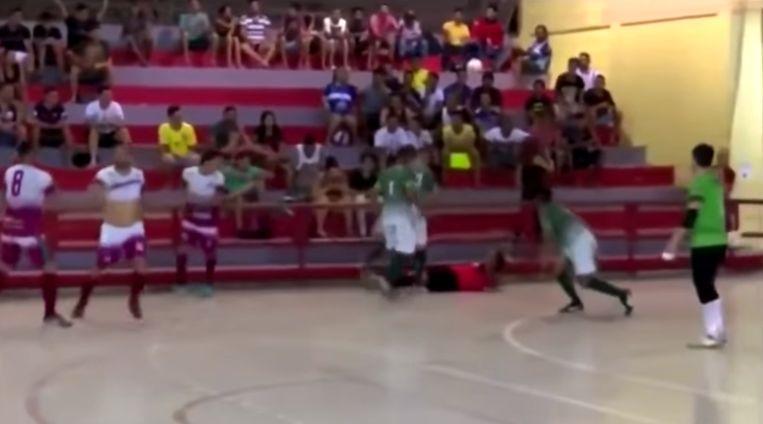 In Brazilië wordt een ref tijdens een futsalwedstrijd zwaar aangepakt.