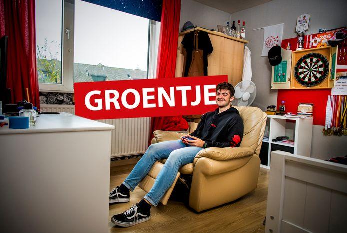 Groentje Janick Mourik op zijn kamer in Gouderak achter de Playstation.