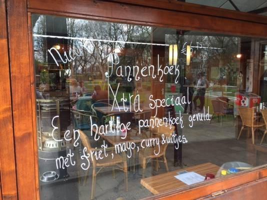 De aankondiging op het raam van het restaurant.