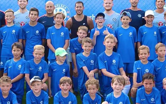 Eden Hazard a profité de ses vacances en Grèce pour rendre visite à des jeunes joueurs d'une académie de Chelsea implantée en Grèce.