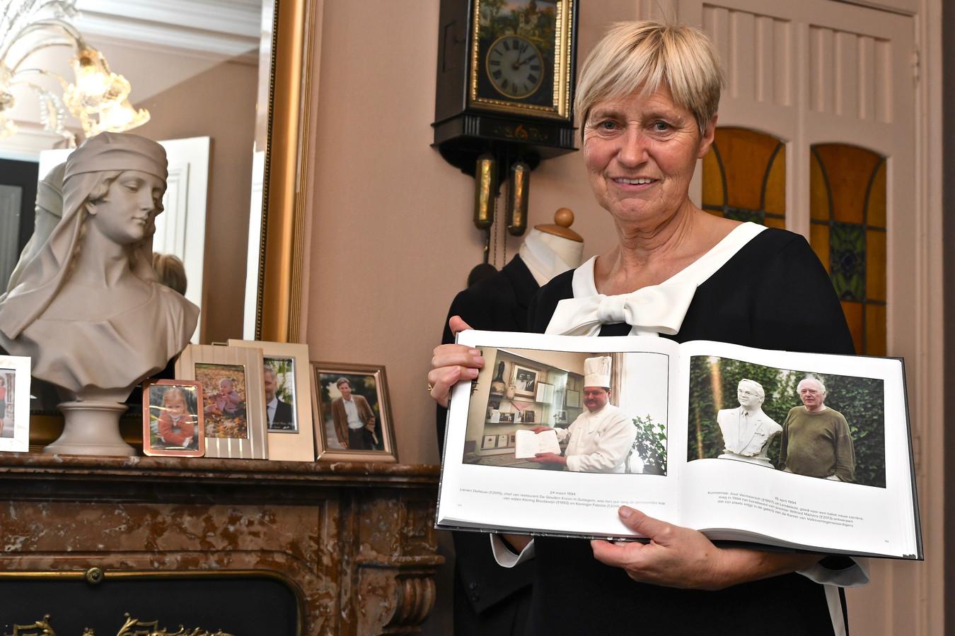 Zaakvoerster Viviane Vandoorne (62) met een boek waarin haar man een plekje kreeg.