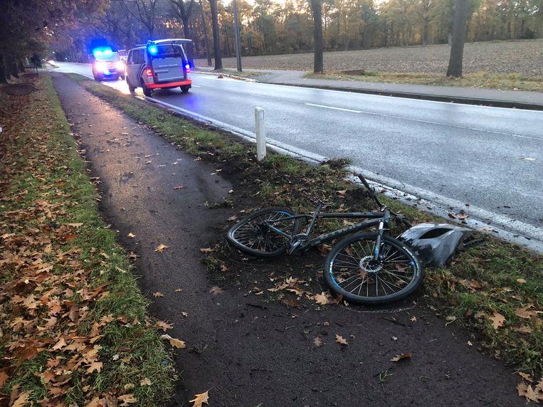 Een brokstuk van de wagen bleef achter naast de fiets