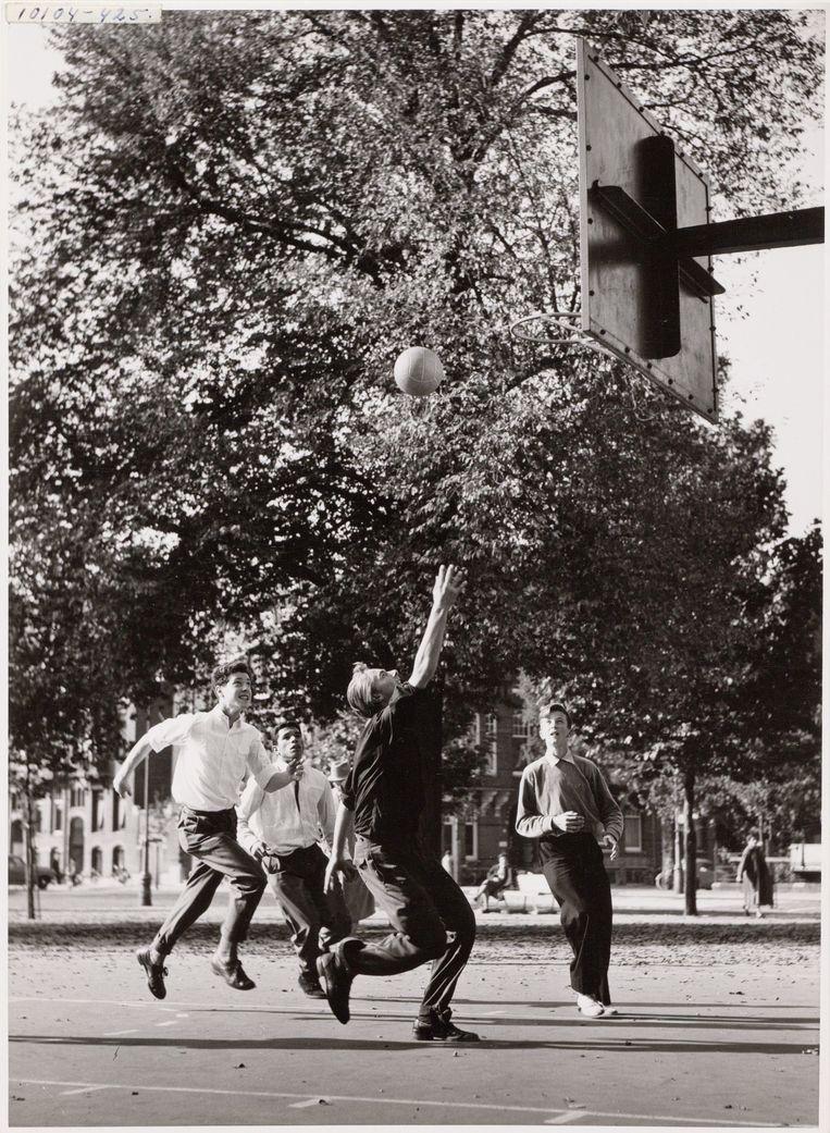 Basketballende jongeren op het Museumplein in 1955. Beeld Stadsarchief