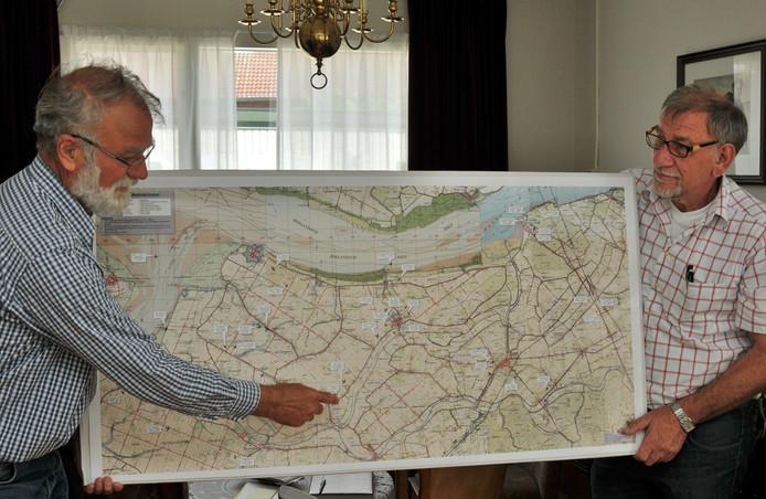 Willem van Dranen (li) en Sjaan Kannekens hebben uitgezocht waar in de gemeente Moerdijk in de Tweede Wereldoorlog vliegtuigen zijn neergestort. Foto Jan van Zuilen.