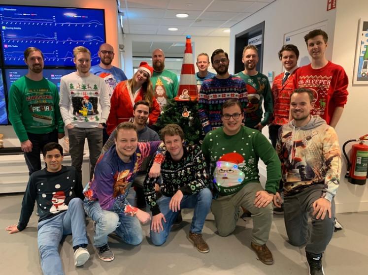 Alle collega's in een kersttrui: 'Het is leuk om jezelf een beetje voor gek te zetten'