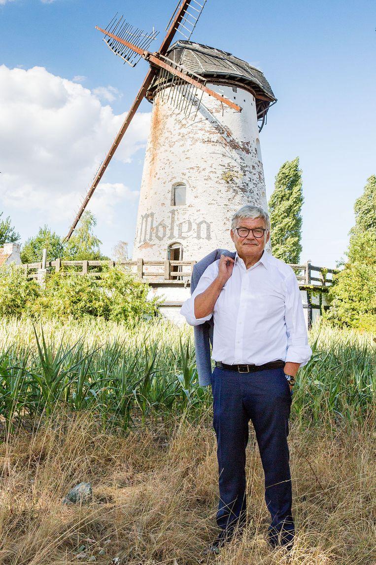 Burgemeester André Peeters aan de Witte Molen.