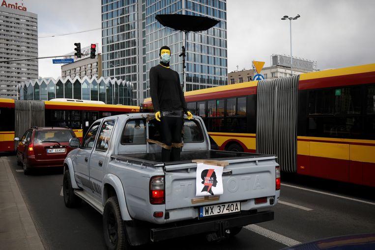 Onder de huidige lockdown is protesteren vrijwel onmogelijk, dus wordt er op een creatieve manier actie gevoerd.  Beeld Reuters