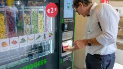Kijk hoe automaat van jonge Belgen volledig automatisch smoothies klaarmaakt