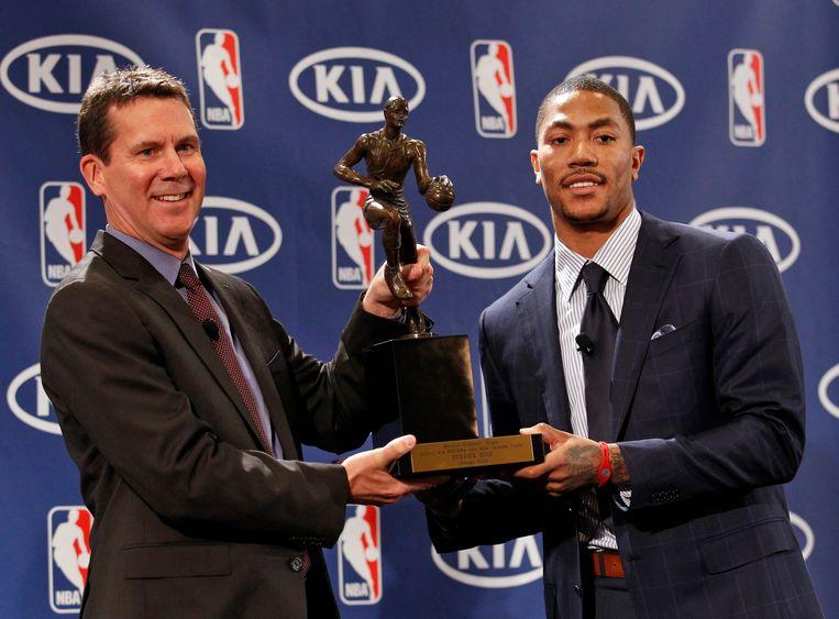 Derrick Rose (rechts) met de Maurice Podoloff Trophy, de prijs die de MVP uit de NBA overhandigd krijgt.