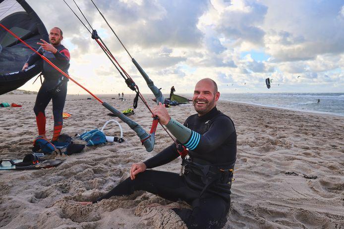 Marc Remmerde (rechts) en Edwin Haighton zijn fel tegen de bouw van twaalf windturbines op het strand van de Tweede Maasvlakte.